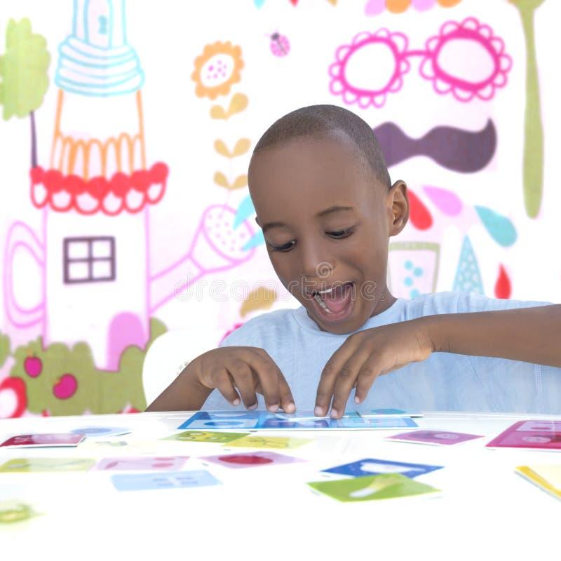 Симпатичный мальчик играя и усмехаясь, 5 лет стоковое фото