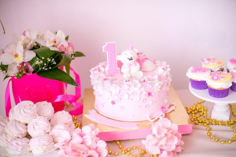 Симпатичный очень вкусный шоколадный батончик в цветах пинка и золота для маленькой принцессы на ее 1-ом дне рождения стоковые фото