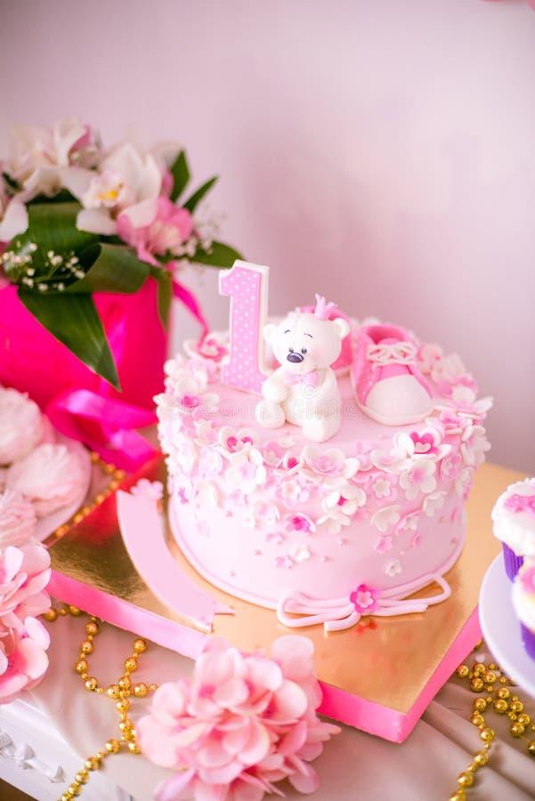 Симпатичный очень вкусный шоколадный батончик в цветах пинка и золота для маленькой принцессы на ее 1-ом дне рождения стоковая фотография rf