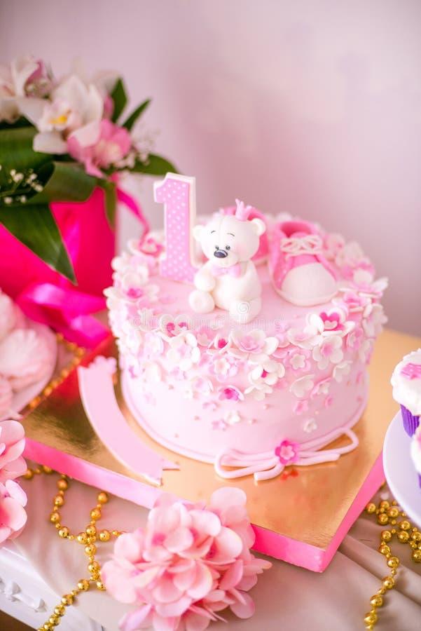 Симпатичный очень вкусный шоколадный батончик в цветах пинка и золота для маленькой принцессы на ее 1-ом дне рождения стоковые изображения rf