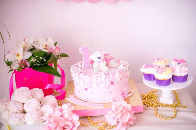 Симпатичный очень вкусный шоколадный батончик в цветах пинка и золота для маленькой принцессы на ее 1-ом дне рождения стоковые фотографии rf