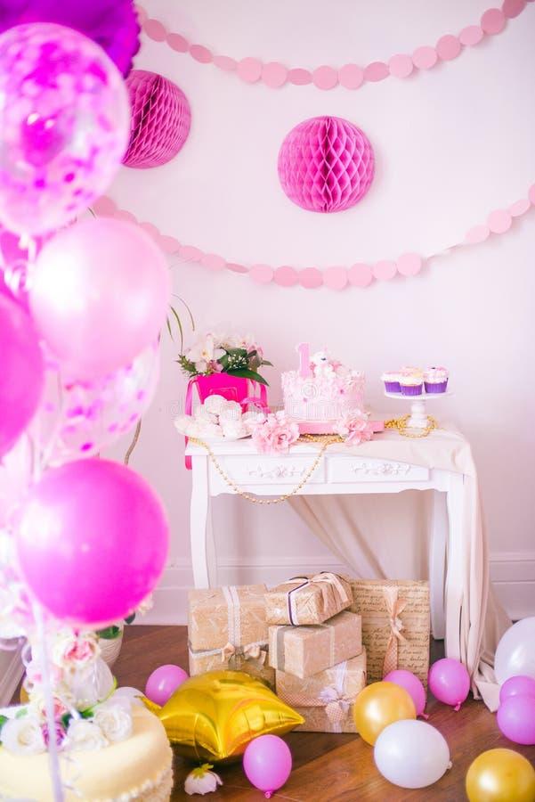 Симпатичный очень вкусный шоколадный батончик в цветах пинка и золота для маленькой принцессы на ее 1-ом дне рождения стоковое изображение