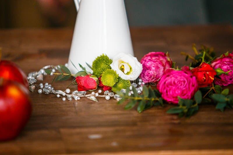 Симпатичный пинк и красные розы близко к серебряному bridal ожерелью стоковые изображения