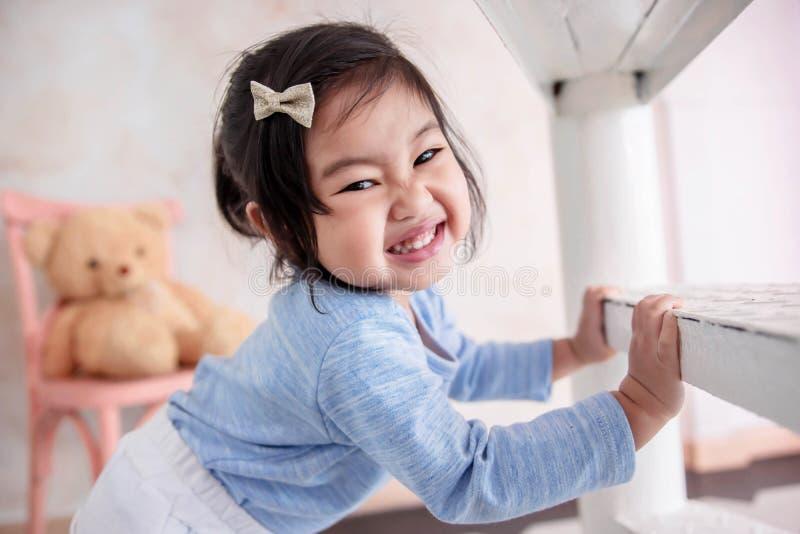 Симпатичный портрет детей, счастливый усмехаться и взгляд ребенка 2 года старый стоковые фотографии rf