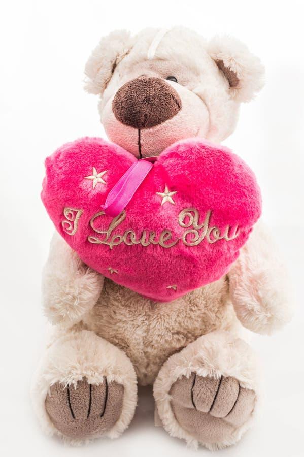 Симпатичный плюшевый медвежонок с сердцем стоковые фото