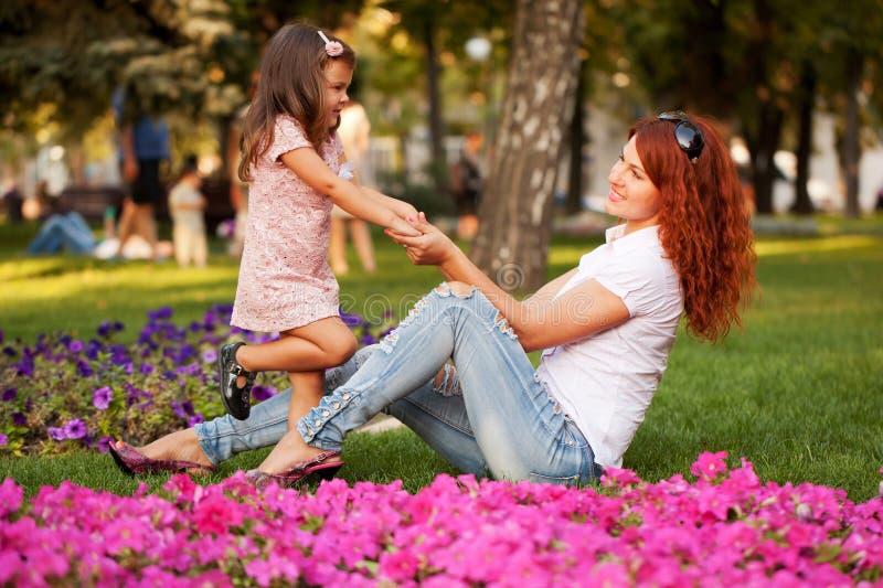 Симпатичный счастливый играть матери и дочери стоковое фото rf