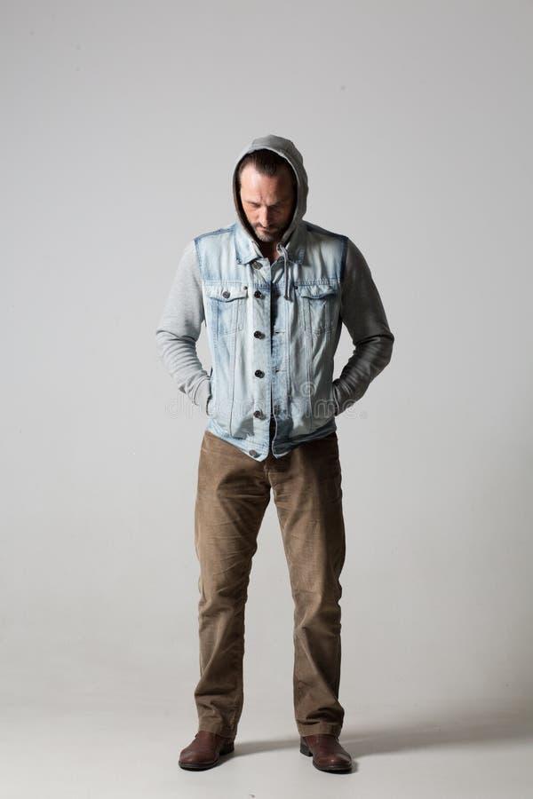 Симпатичный unsmiling крепкий молодой человек стоковые фото