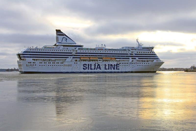 Симфонизм Silja приезжает на ледистую южную гавань, Хельсинки стоковое фото