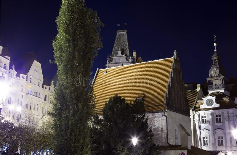 Синагога в еврейском квартале Праги (взгляда) ночи, чехии стоковое фото