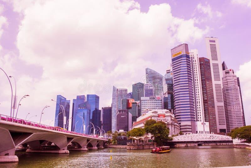 СИНГАПУР - 14,2018 -ГО АПРЕЛЬ: Здания дела и банка которые река в фронте и близко к заливу Марины в Сингапуре стоковые изображения rf