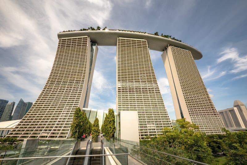 Сингапур - декабрь 2016: Залив Марины зашкурит гостиницу в Сингапуре, голубом небе и облаках стоковое фото