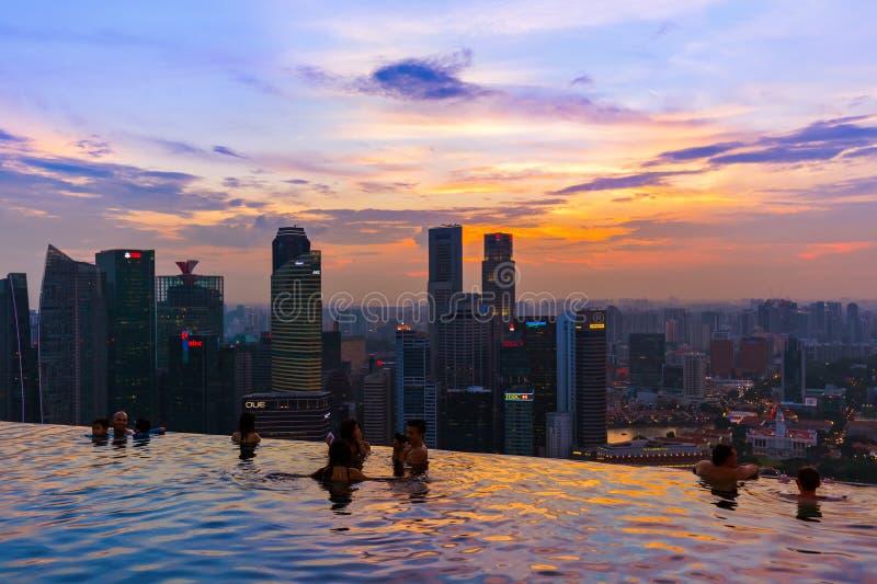 СИНГАПУР - 14-ОЕ АПРЕЛЯ: Бассейн на горизонте крыши и города Сингапура дальше стоковая фотография rf
