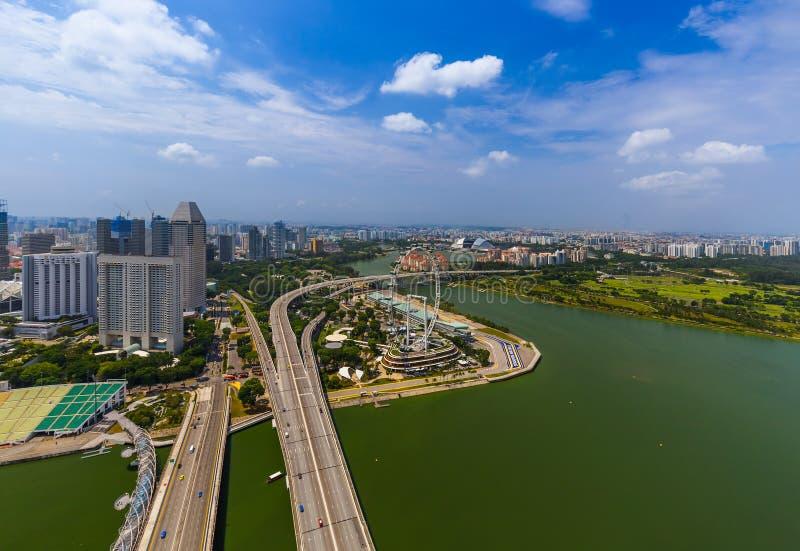 СИНГАПУР - 14-ОЕ АПРЕЛЯ: Горизонт и Марина города Сингапура преследуют на a стоковые изображения