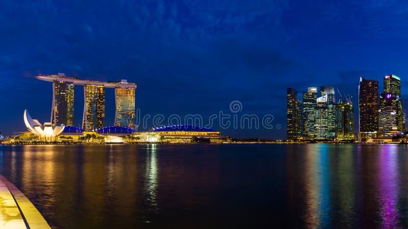 СИНГАПУР - 15-ОЕ АПРЕЛЯ: Горизонт и Марина города Сингапура преследуют 15-ого апреля 2016 в Сингапуре стоковое фото rf