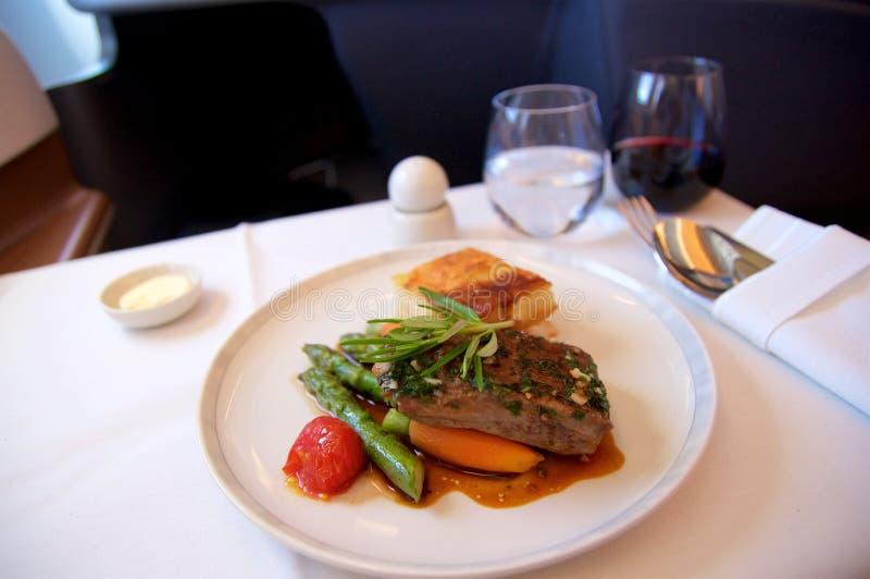 СИНГАПУР - 22-ОЕ ИЮЛЯ 2016: Еда предпринимательского класса в аэробусе A350 с красным вином стоковое изображение rf