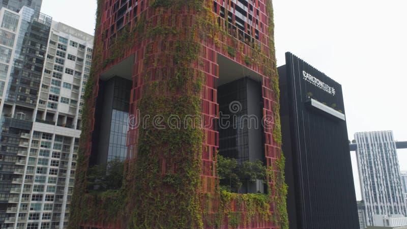 Сингапур - 25-ое сентября 2018: Взгляд глаза птицы центрального делового района Сингапура и необыкновенной гостиницы фасада плюща стоковое фото rf