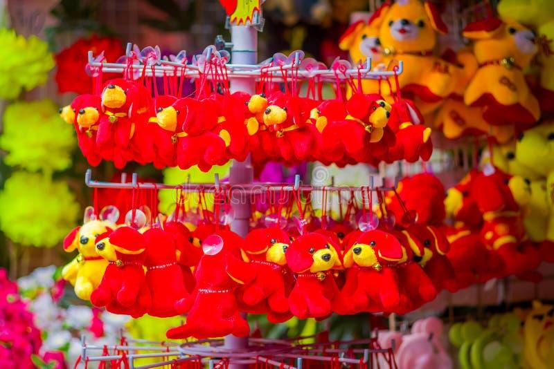 СИНГАПУР, СИНГАПУР - 30-ОЕ ЯНВАРЯ 2018: Внешний взгляд китайских украшений игрушки лунного Нового Года празднуя год  стоковое изображение