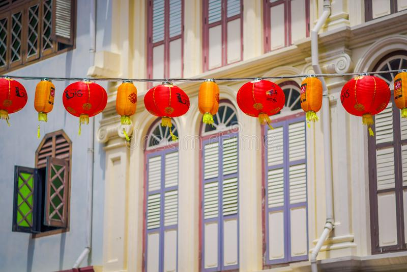 СИНГАПУР, СИНГАПУР - 30-ОЕ ЯНВАРЯ 2018: Закройте вверх декоративных фонариков разбросанных вокруг Чайна-тауна, Сингапура ` S Кита стоковые изображения rf