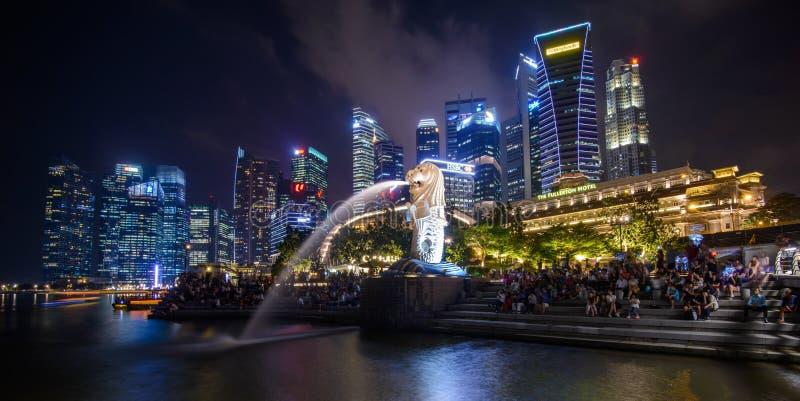 СИНГАПУР - 10-ОЕ ЯНВАРЯ 2018: Merlion мнимая тварь с головой льва и телом рыбы стоковое фото rf