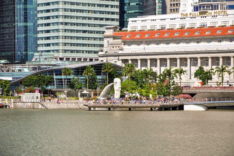 Сингапур, республика Сингапура - 16-ое мая 2015: Взгляд Merlion, символ Сингапура, гостиница Fullerton, финансовая стоковая фотография