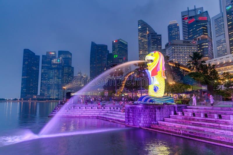 Сингапур, Сингапур - около сентябрь 2015: Статуя и Fontain Merlion в Сингапуре к ноча стоковые изображения