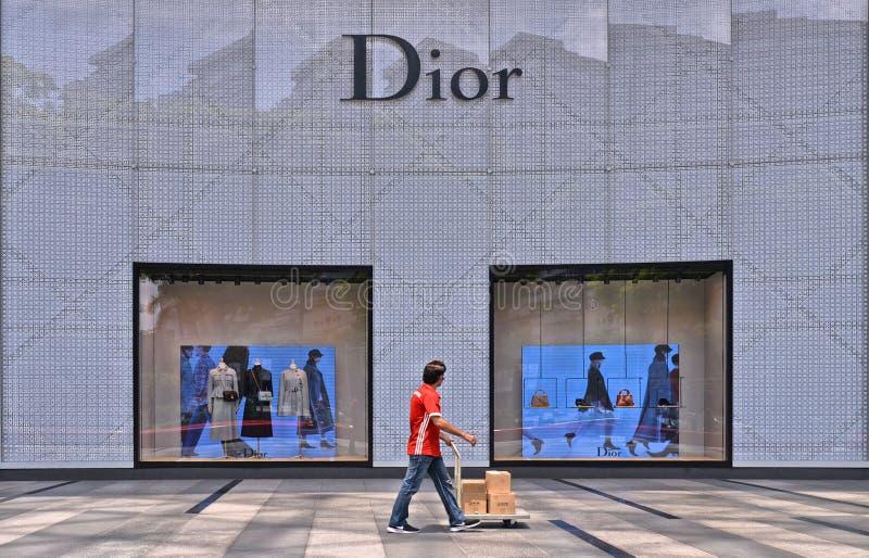 СИНГАПУР, 28 08 2017 Торговый центр сада на дороге сада в районе Сингапура современном пропуски работника с пакетами, который нуж стоковое фото