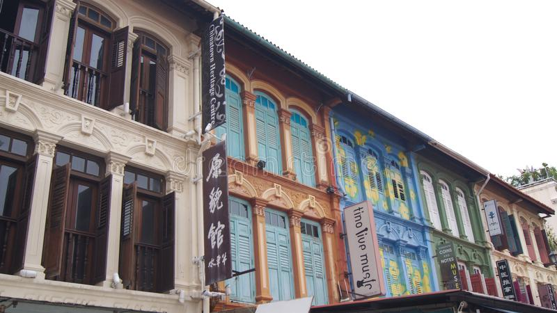 СИНГАПУР - 3-ье апреля 2015: красочные штарки и дома окна в районе Чайна-тауна стоковые фотографии rf