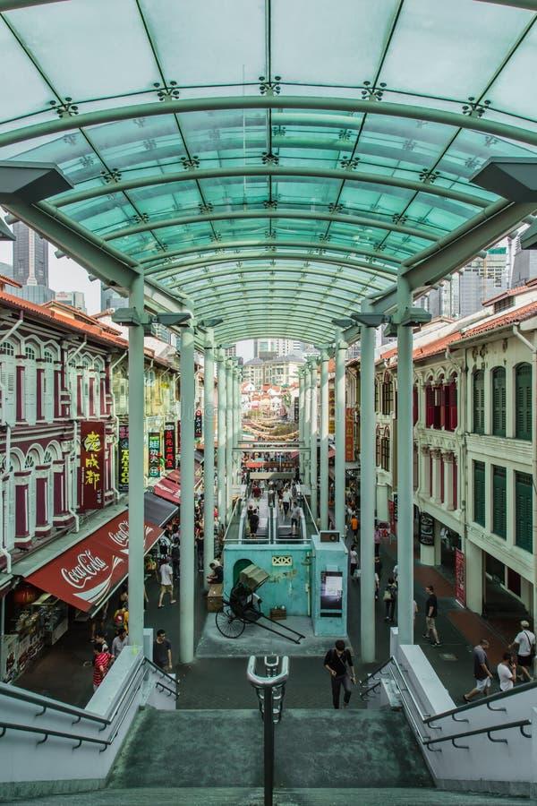 Сингапур-14 OCT 2017: Сингапурский китайский китайско-китайский пешеходный путь со стеклянной крышей стоковые изображения rf