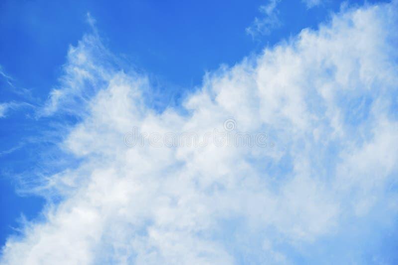 Синее небо с облаками стоковые фотографии rf