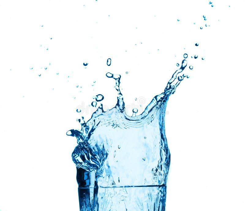 синее стекло брызгая воду стоковая фотография