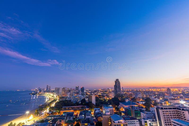 Синее утро расцвет солнца на пляже Паттайя-Бич, Таиланд, с видом на север стоковое фото