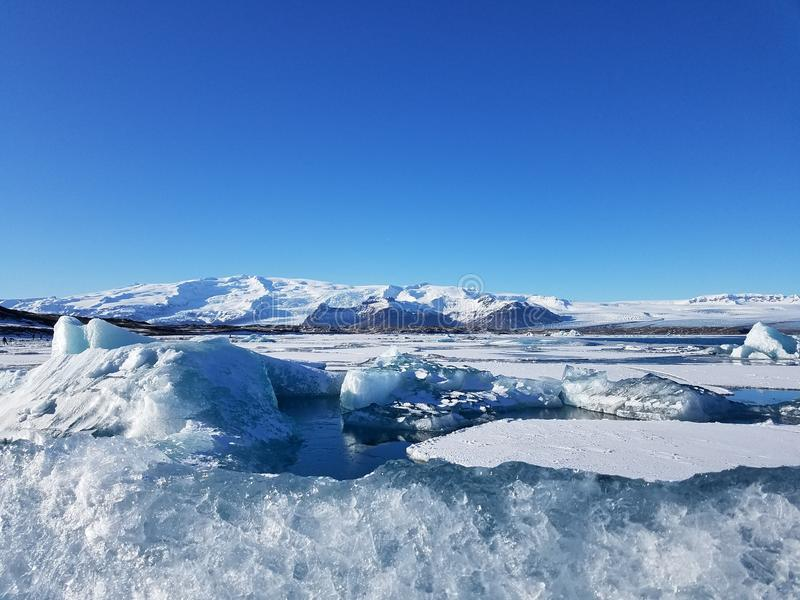 Сине-белый ледник в Исландии стоковое фото
