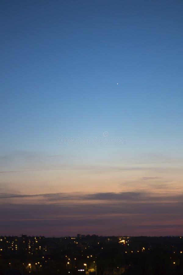 Сине-розовое небо захода солнца с первой звездой стоковые изображения rf