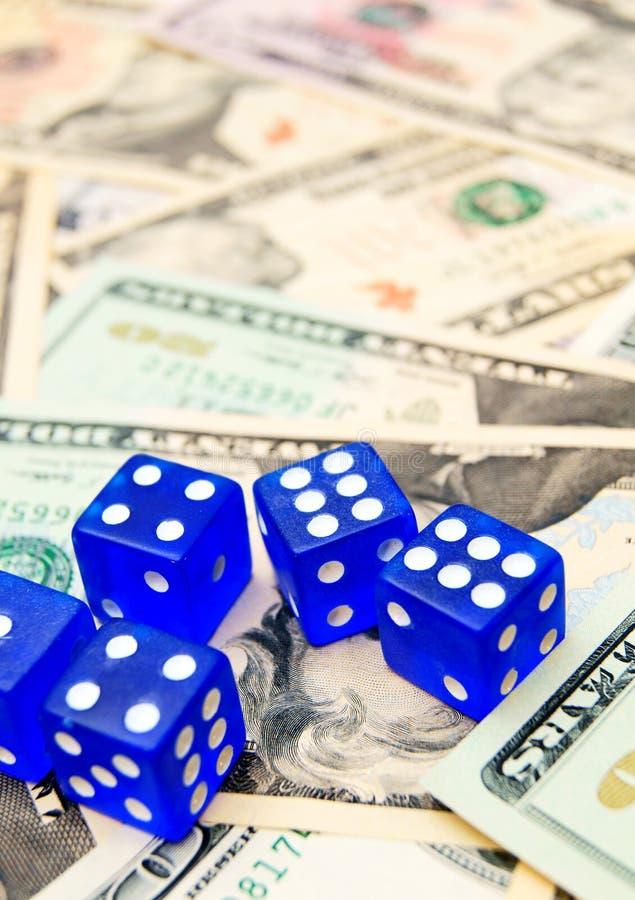 Сине dices и доллары. стоковые изображения