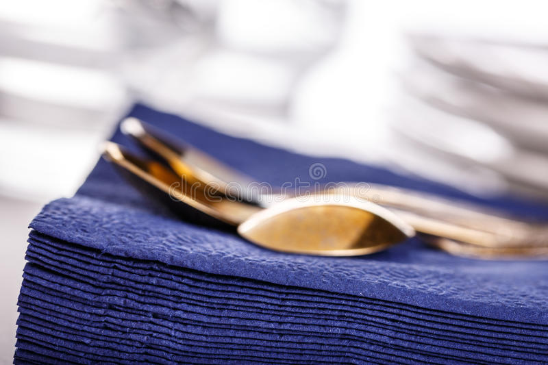 Синие бумажные салфетки с ложками стоковое фото rf