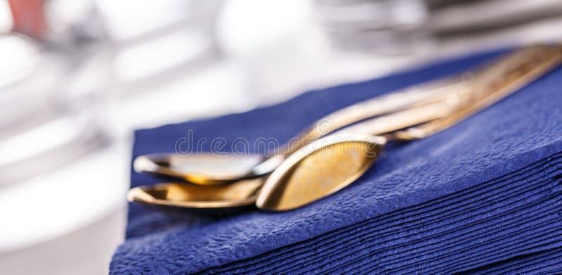 Синие бумажные салфетки с ложками стоковая фотография rf