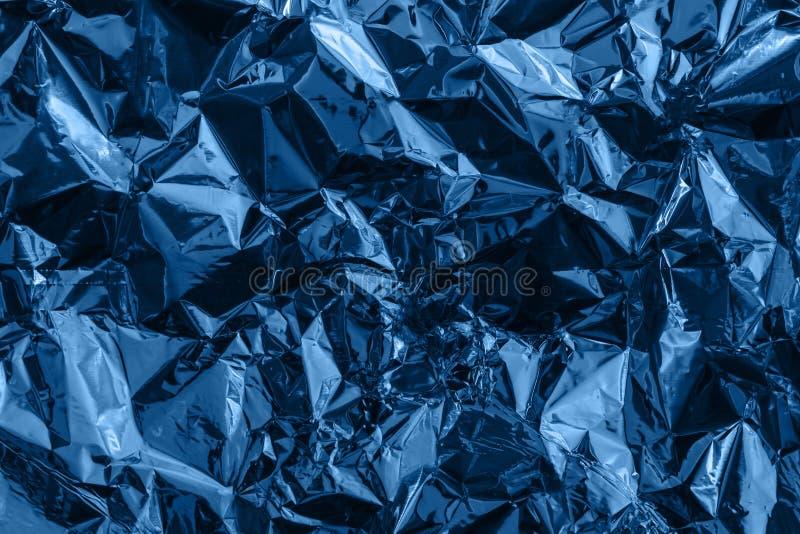Синий изуродованный целлофан, фольга или пластик Творческий крашенный фон стоковая фотография