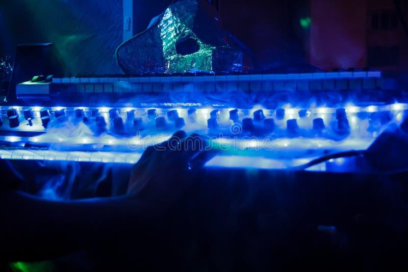 Синтезатор в голубом дыме стоковые фотографии rf