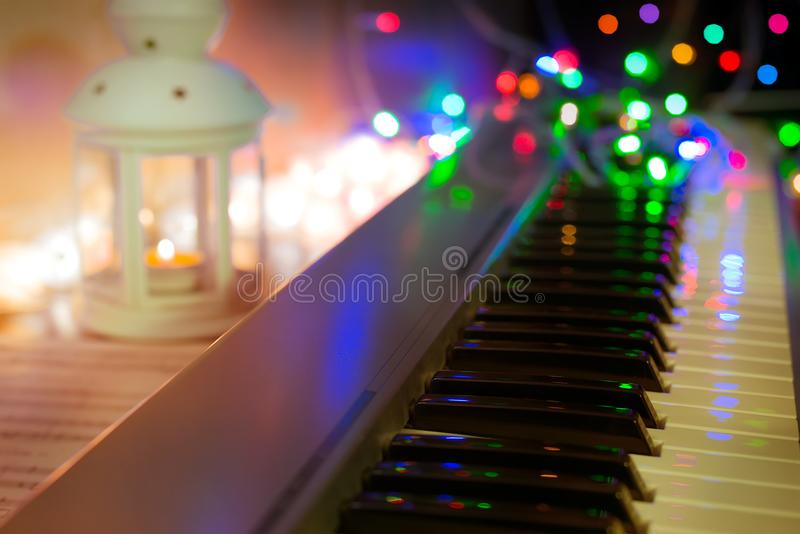 синтезатор, рояль, рояль пользуется ключом конец-вверх, запачканная предпосылка, красочное bokeh, музыкальные инструменты, Новый  стоковые фото