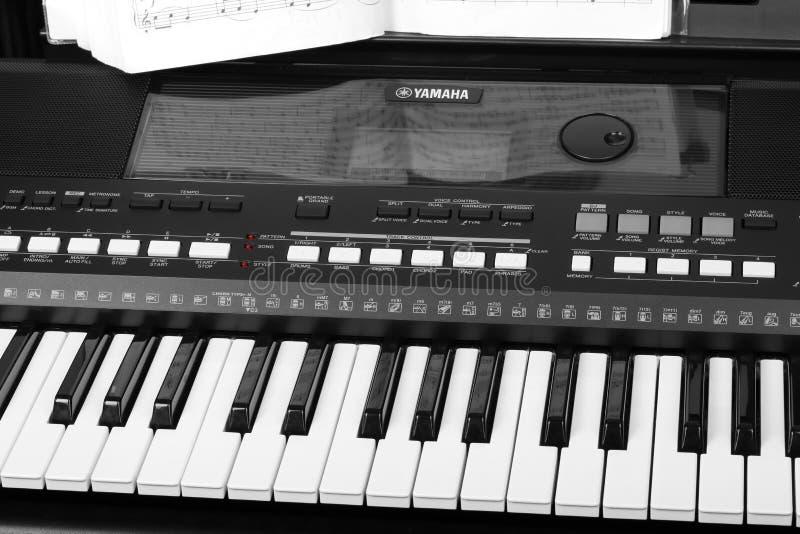 Синтезатор Yamaha с концом-вверх музыкальных примечаний Музыка уча концепцию стоковые фото