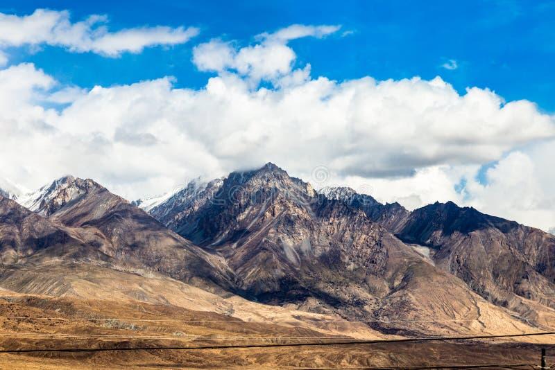 Синьцзян, Китай: Горы Himalaya's на плато Памира вдоль шоссе Karakorum стоковая фотография rf