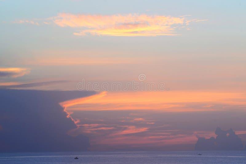 Синь, апельсин, и смешивание пинка с облаками белизны в восходе солнца океана стоковое фото rf