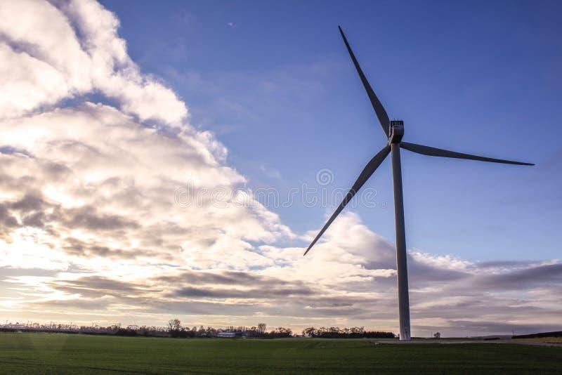 Синь ветровой электростанции стоковая фотография rf