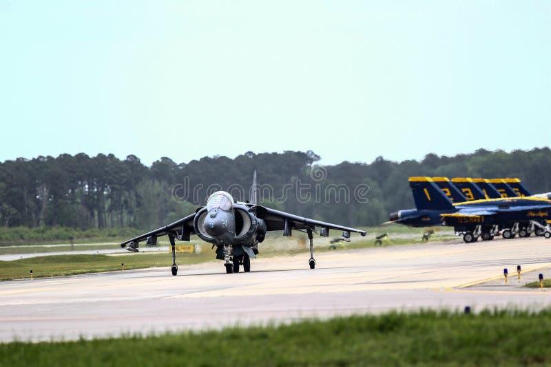 Синь двигает под углом авиаотряд демонстрации полета стоковые фото