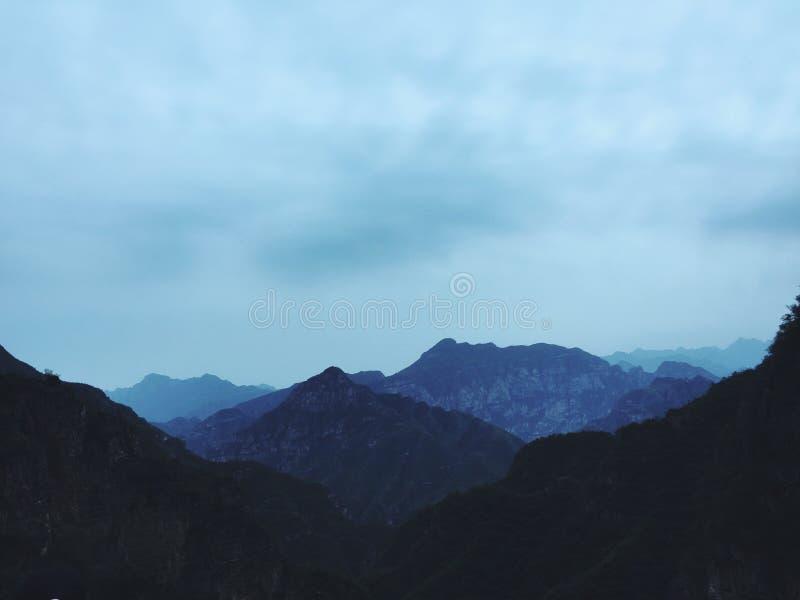 Синь горы в расстоянии стоковые изображения rf