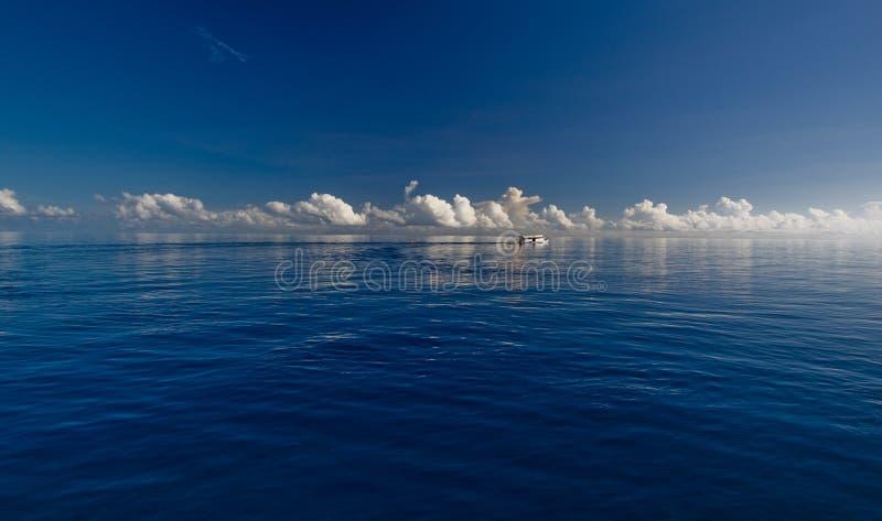 синь заволакивает белизна глубокого океана стоковое фото rf