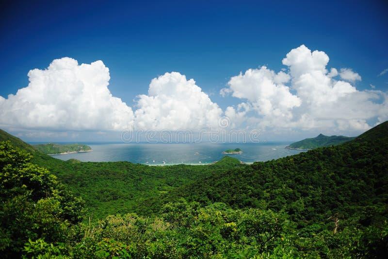 синь заволакивает белизна неба зеленого холма пущи стоковая фотография