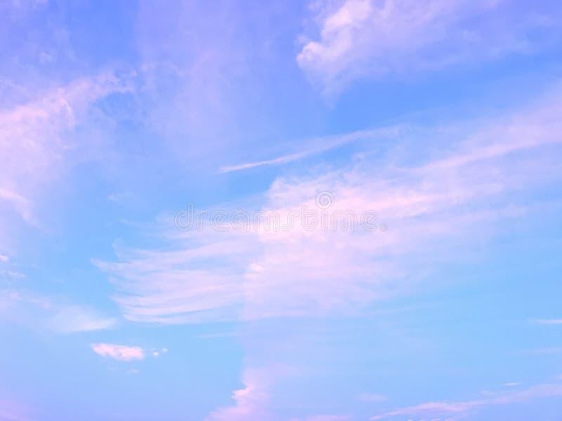 синь заволакивает небо wispy стоковое изображение rf