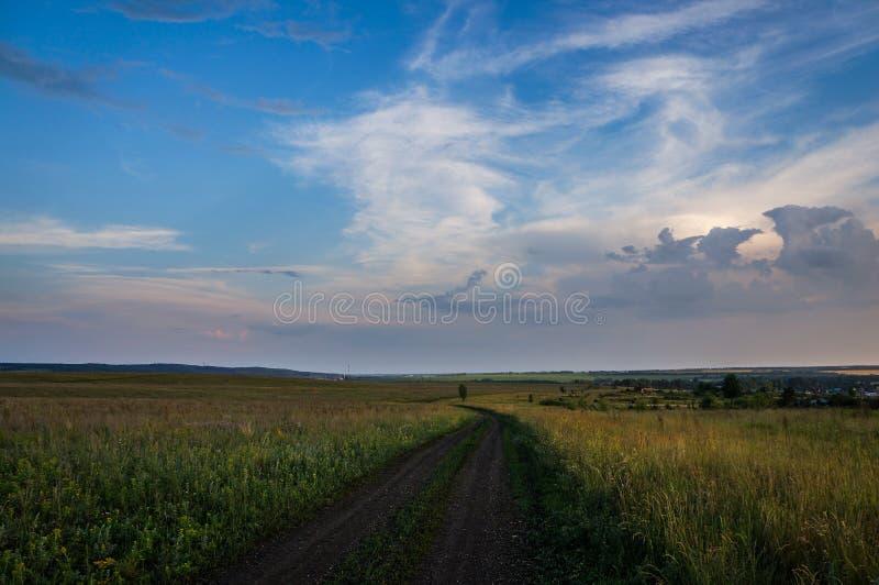 синь заволакивает белизна неба дороги затемненного поле стоковые изображения rf