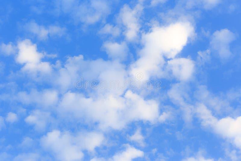 синь заволакивает белизна неба стоковые фото